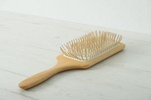 Cepillo cuadrado con púas de madera para cabello